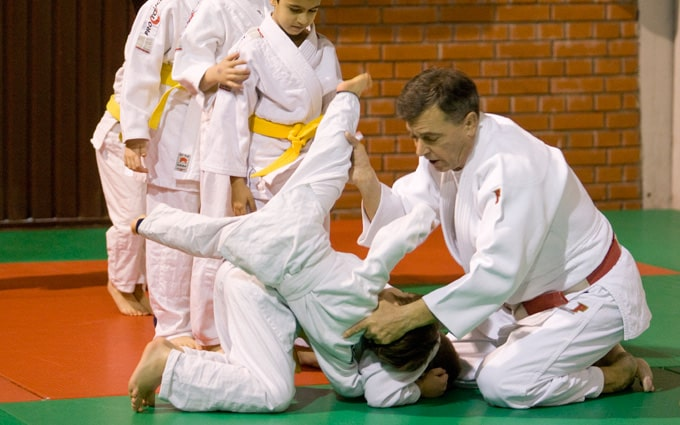 Polaznici I grupe vežbaju padove sa trenerom